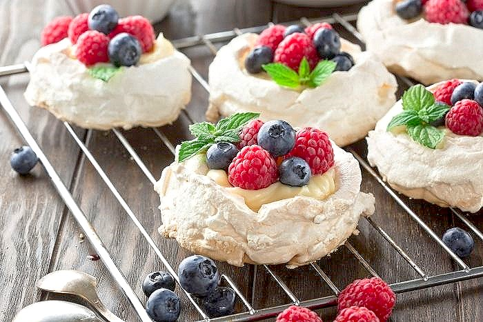 Pavlova with lots of whipped cream